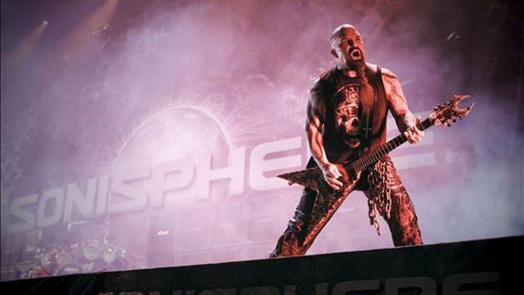 """El estadounidense Kerry King, guitarrista del grupo Slayer, durante el concierto ofrecido esta noche en el recinto """"Open Air"""" de la localidad madrileña de Getafe, en la primera jornada del Sonisphere Festival. EFE"""