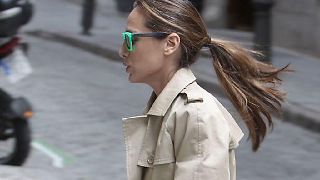 Tamara Falcó, urbanita chic con gafas y gabardina