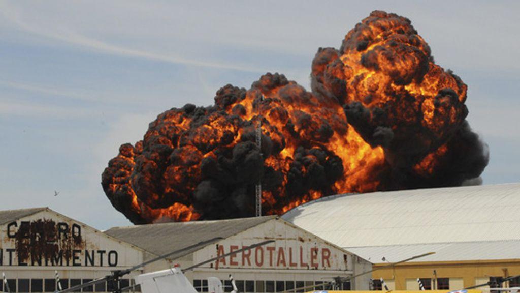 Explosión tras el accidente de una avioneta en Cuatro Vientos