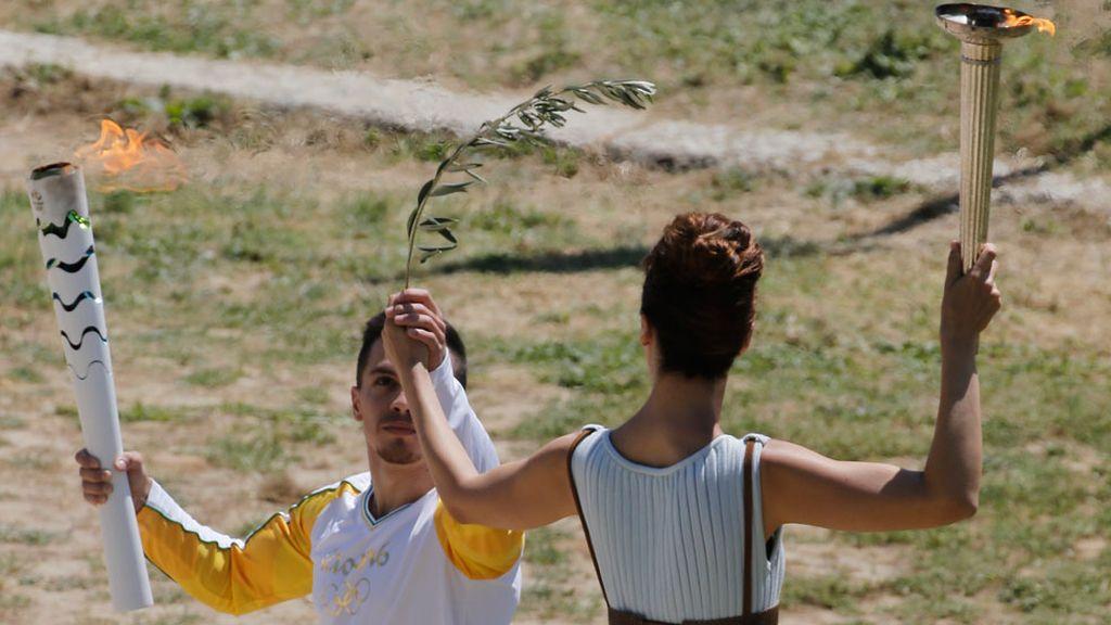 La llama olímpica inicia su camino hacia Río (21/04/2016)