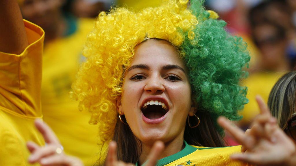 Aficionados brasileños y japoneses, en la grada del estadio Garrincha