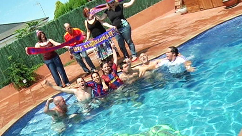 Aficionados del Barça se remojan en una piscina con el escudo del Real Madrid