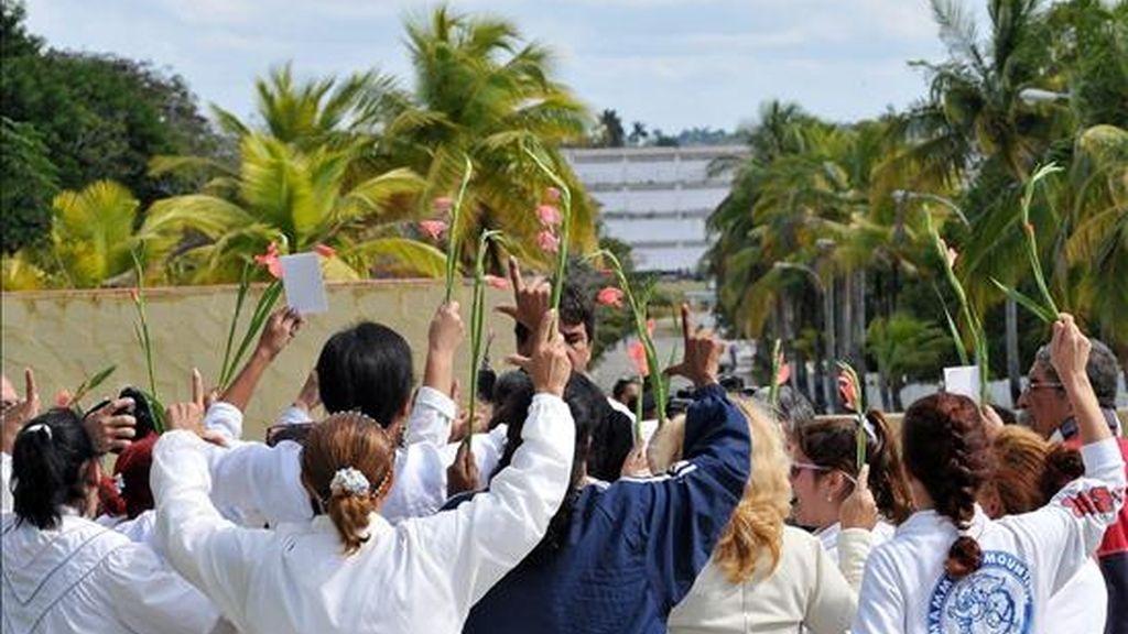 Las disidentes Damas de Blanco reclaman la libertad de los presos políticos con una protesta pacífica en la entrada de la prisión Combinado del Este, en La Habana, en el Día Internacional de los derechos Humanos. EFE