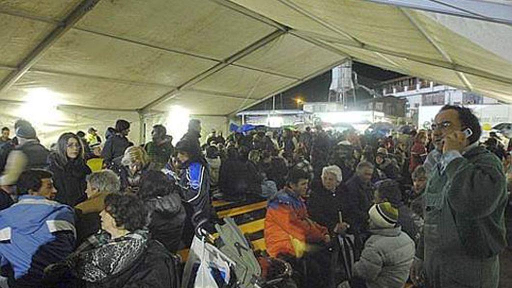 La gente espera en refugios