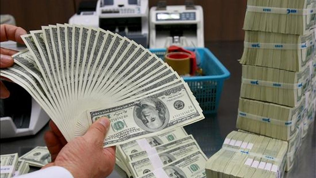 El dólar retrocedió hoy ante el euro y el yen, en una nueva jornada de ganancias en la Bolsa de Nueva York después de conocerse que sólo siete entidades bancarias europeas, de las 91 evaluadas, no pasaron la prueba de solvencia a que fueron sometidas.EFE/Archivo