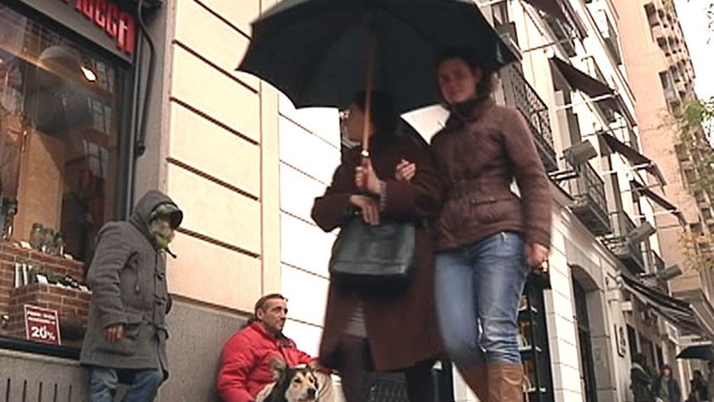 Varios mendigos piden en la calle