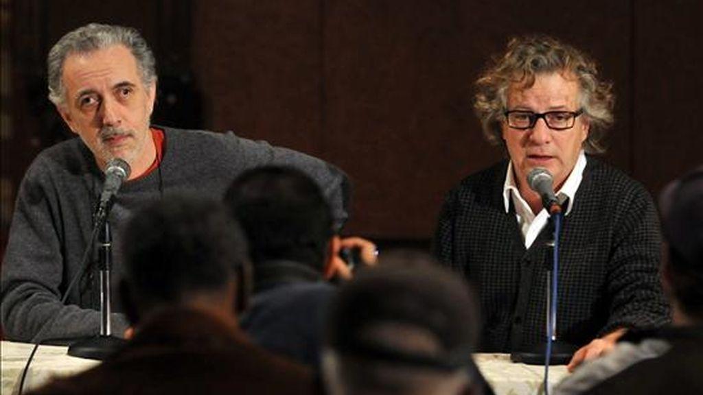 """El cineasta español Fernando Trueba (i) y el diseñador Javier Mariscal (d) ofrecen una conferencia en La Habana (Cuba), donde hablaron del proceso de realización de la película animada """"Chico y Rita"""". EFE"""