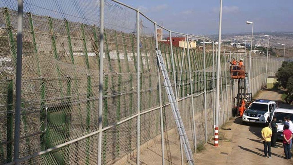 Operarios intentan arreglar la valla de Melilla tras un numeroso salto
