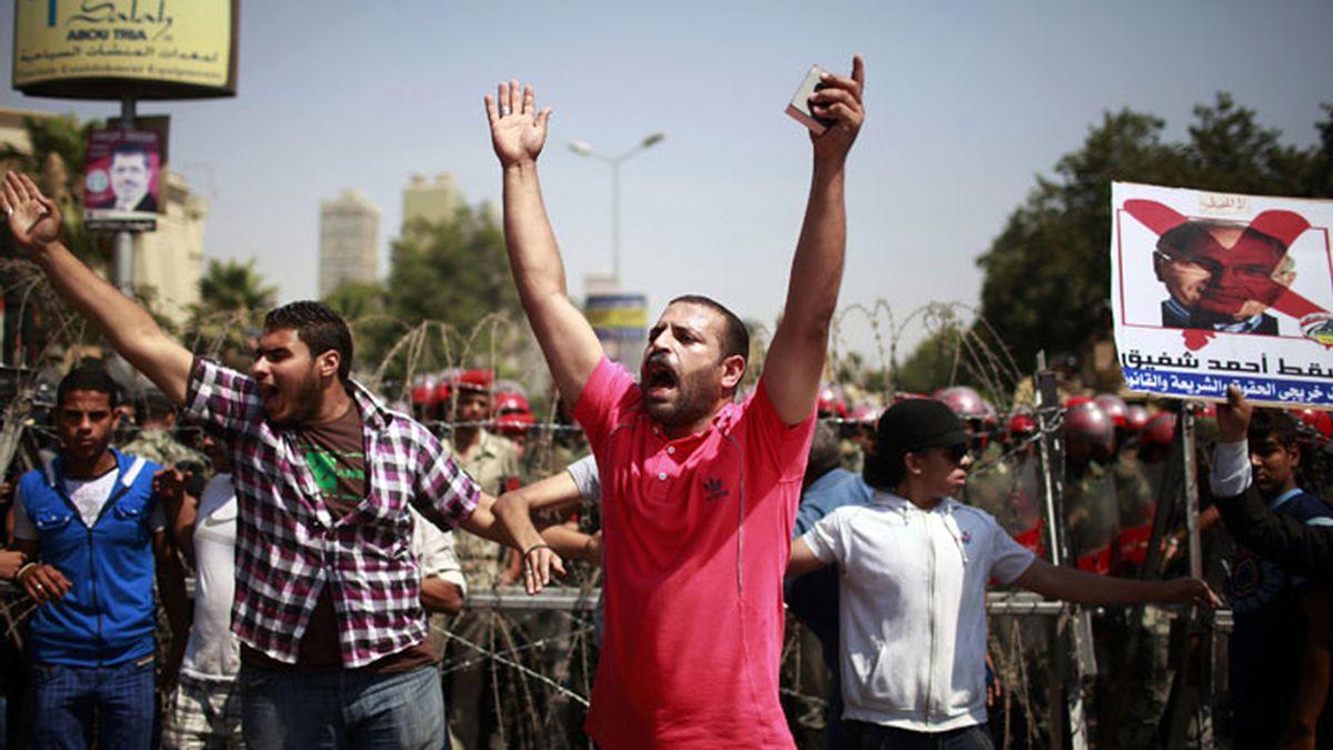 Los egipcios protestan por la decisión del Constitucional de disolver el Parlamento