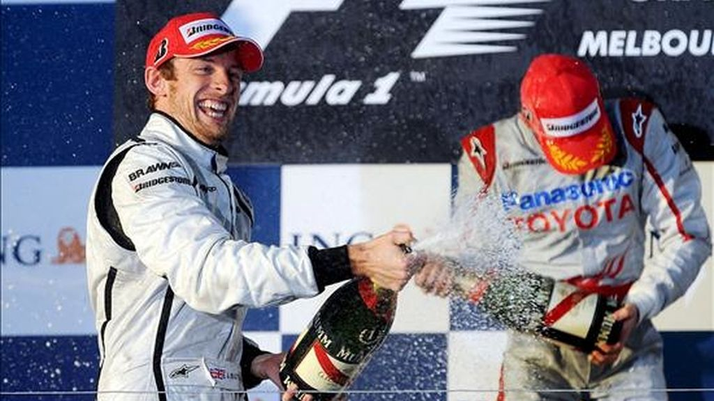 El piloto británico de Fórmula Uno Jenson Button (izq), de la escudería Brawn GP, celebra con el italiano Jarno Trulli (dcha), de Toyota, en el podium del Gran Premio de Australia de Fórmula Uno en el circuito Albert Park de Melbourne (Australia). EFE