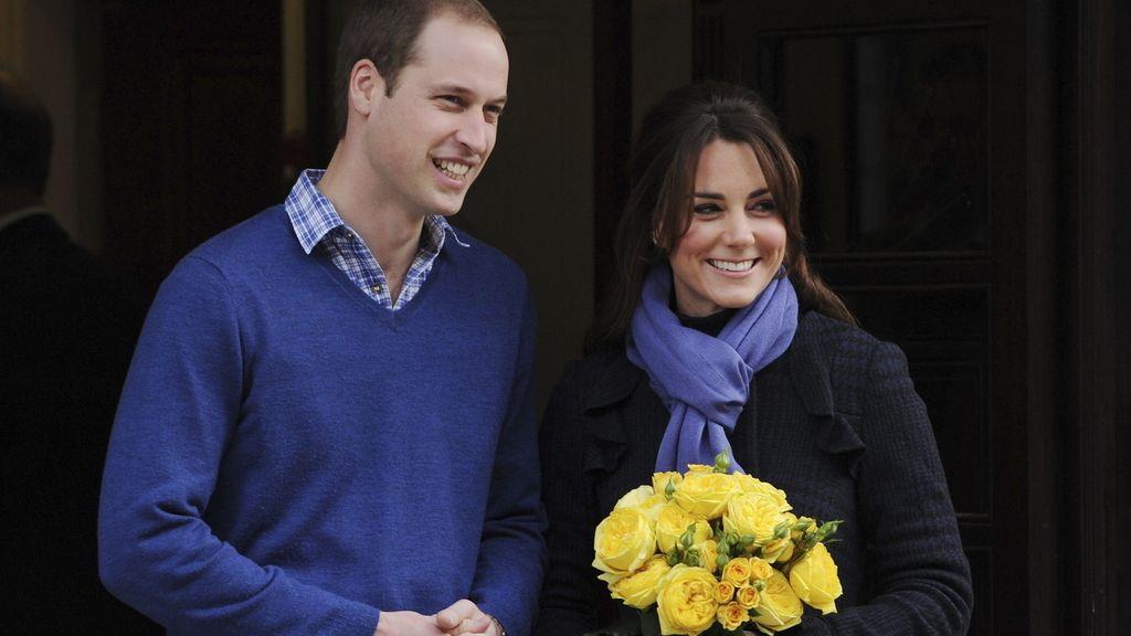 Los duques de Cambridge posan al salir del hospital