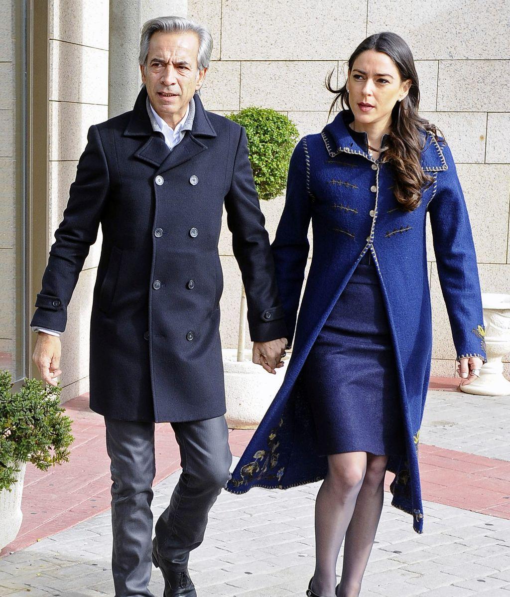 Imanol Arias y su novia Irene Meritxel acuden a la capilla ardiente de Miliki