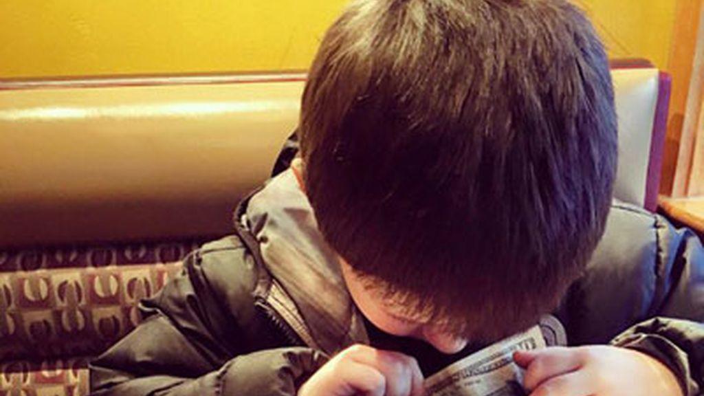 El regalo que le hace cada mes un niño de seis años a su madre, víctima del maltrato