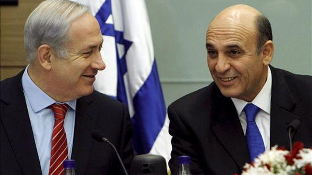 El primer ministro israelí Benjamin Netanyahu (izda) se reúne con el nuevo jefe del comité de Seguridad y Asuntos Exteriores en el Parlamento en Jerusalén (Israel) hoy, 3 de enero de 2010. El gobierno de Netanyahu se enfrenta ahora a una amenaza de la coalición para que avance en las negociaciones o dimita como primer ministro. EFE