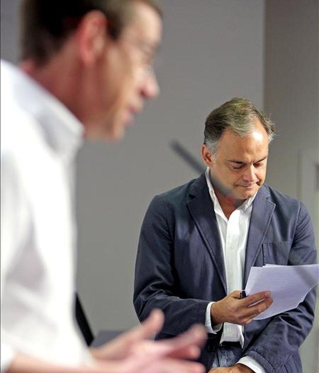El vicesecretario de Comunicación del Partido Popular, Esteban González Pons (d), repasa unas notas ante el secretario general del PP-CV, Antonio Clemente. EFE