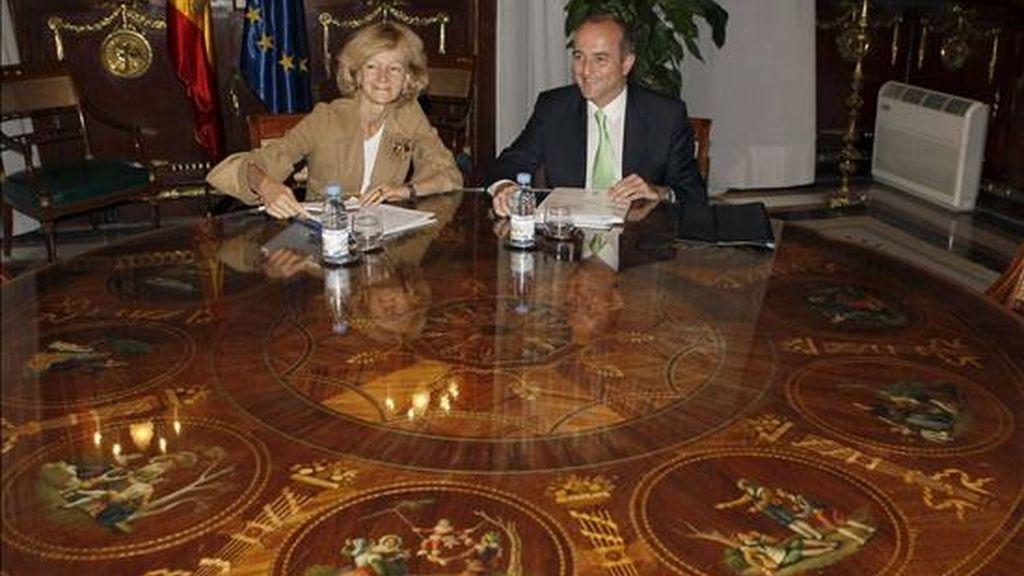 La ministra de Economía y Hacienda, Elena Salgado, y el ministro de Industria, Comercio y Turismo, Miguel Sebastián, durante la reunión que han mantenido esta tarde en Madrid. EFE