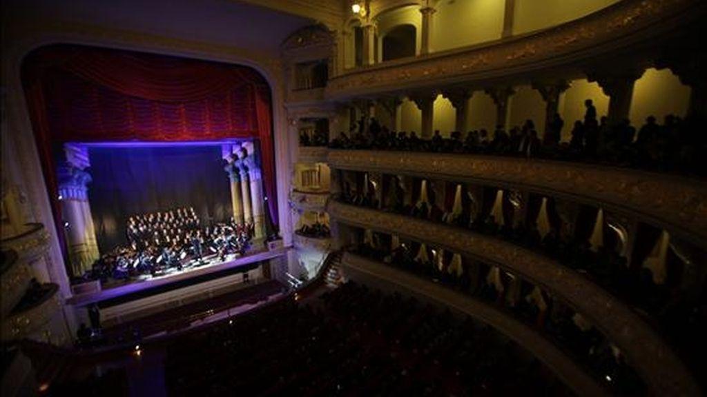 Vista de la inauguración del Teatro Municipal de Lima  en la capital peruana. El teatro abre sus puertas tras 12 años de permanecer cerrado como consecuencia de un incendio provocado por un foco el 2 de agosto de 1998, el cual destruyó buena parte del mismo. EFE