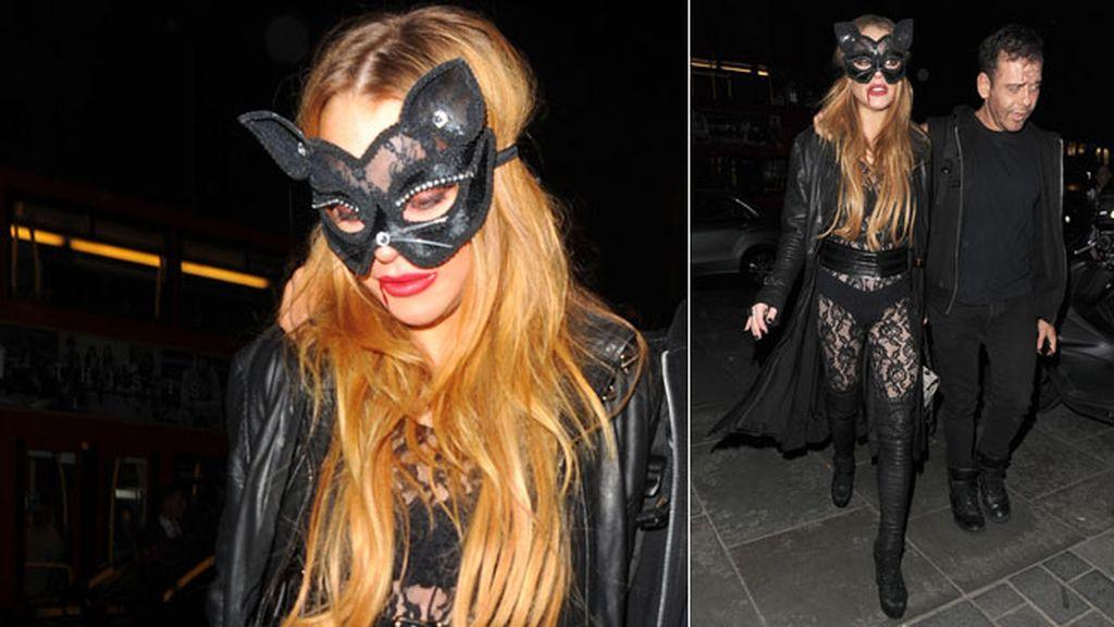 Lindsay Lohan celebra Halloween en Londres disfrazada de gatita