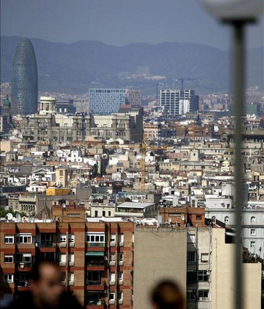 Vista panorámica de la ciudad de Barcelona con la Torre Agbar. EFE/Archivo