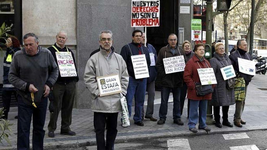 Afectados por las preferentes se manifiestan en Génova
