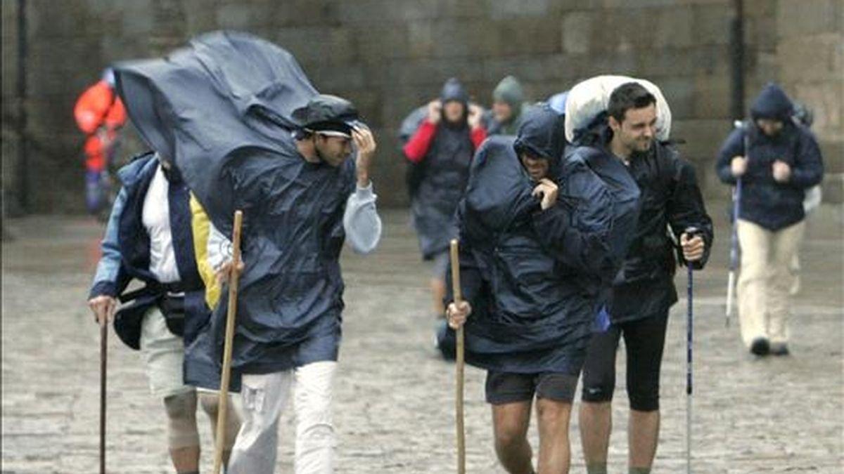 Un grupo de peregrinos a su llegada a la plaza del Obradoiro de Santiago de Compostela. EFE/Archivo