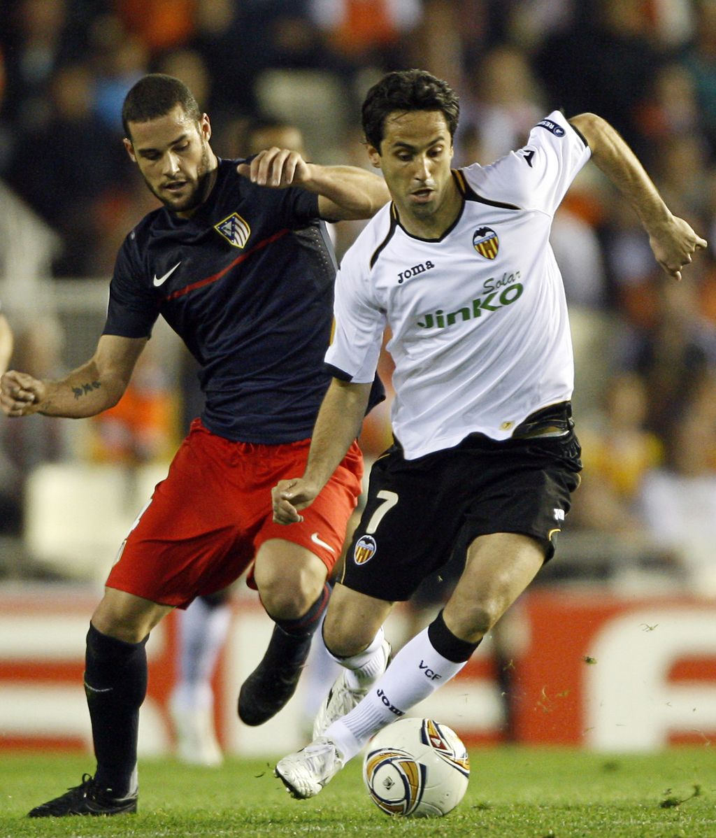 Mario Suárez trata de robar el balón a Jonas