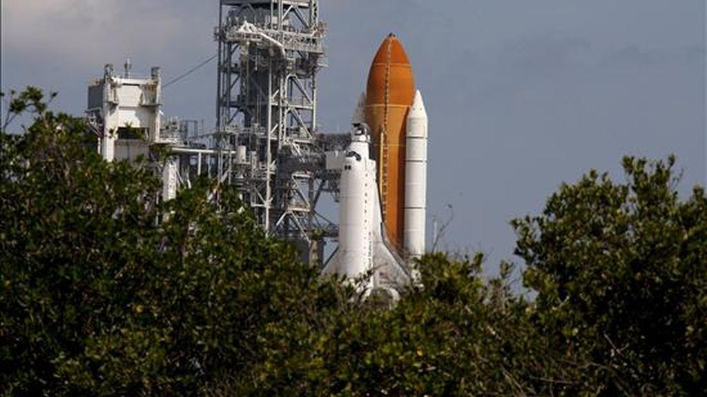 El transbordador espacial Endeavour en la lanzadera 39-A del centro espacial Kennedy de Cabo Cañaveral en Florida, Estados Unidos. EFE