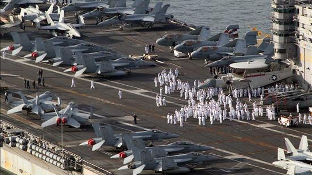 La tripulación del portaaviones estadounidense, George Washington, se reúne hoy, domingo 25 de julio de 2010, mientras la nave deja la base marina de Busan, en la costa de Corea del Sur. El Ejército estadounidense y el Sur Coreano se preparan para desarrollar 4 días de maniobras militares con el fin de mostrar su fuerza a Corea del Norte. EFE/YONHAP NEWS AGENCY