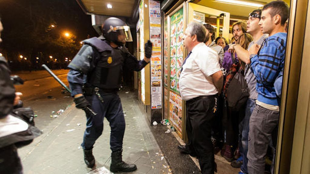 El encargado de la cafetería Prado se enfrenta a los antidisturbios Foto: @javijuliophoto