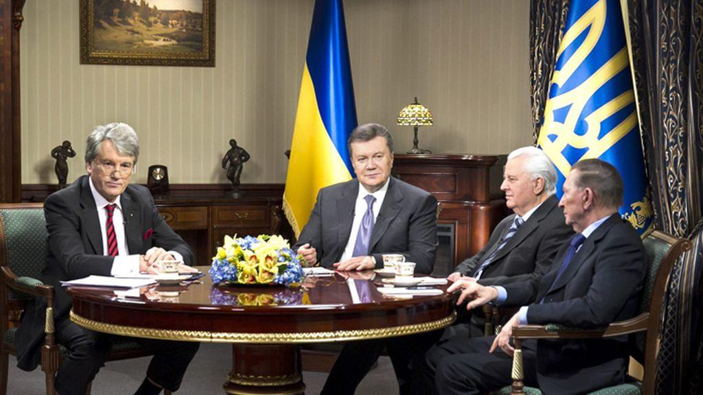 Yanukóvich se ha reunido con sus tres antecesores para buscar una salida a la crisis