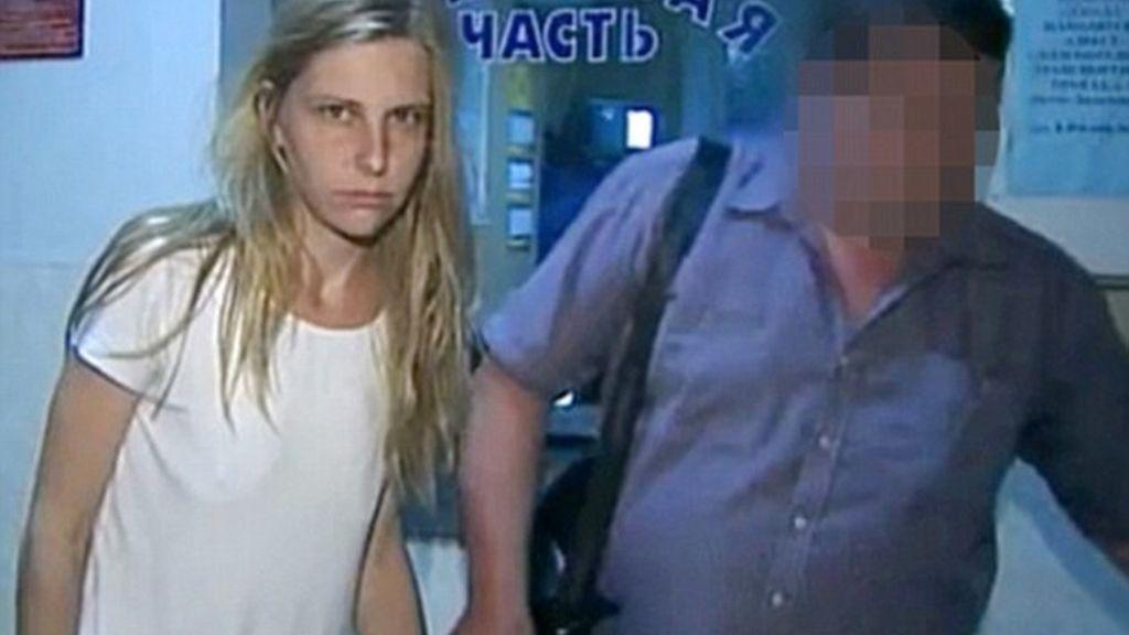 La madre de 30 años lanzó a sus dos hijos desde el balcón de su piso, en una barriada de Moscú.