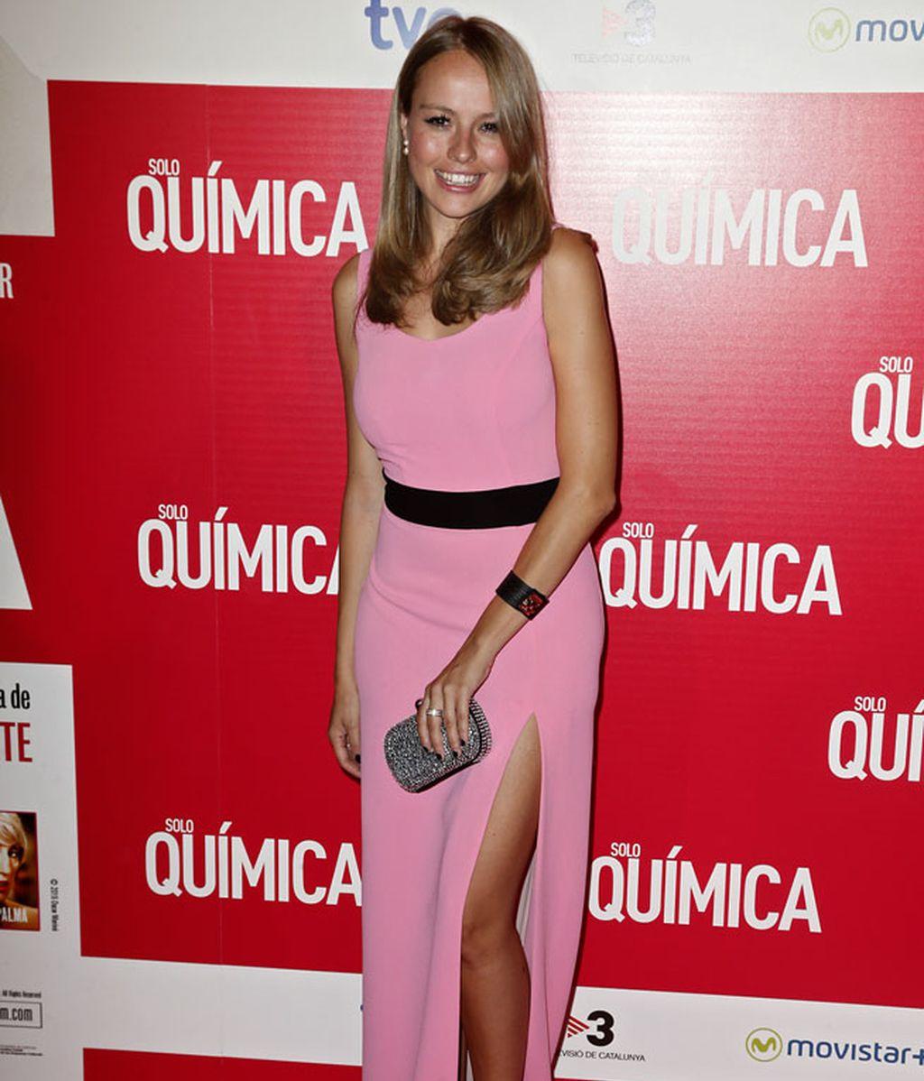 Esmeralda Moya con un largo rosa con abertura en la pierna