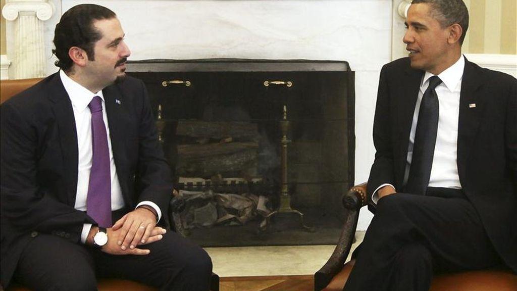 El presidente estadounidense, Barack Obama (dcha), conversa con el primer ministro libanés, Saad Hariri, durante la reunión que han mantenido en el Despacho Oval de la Casa Blanca, en Washington DC. EFE