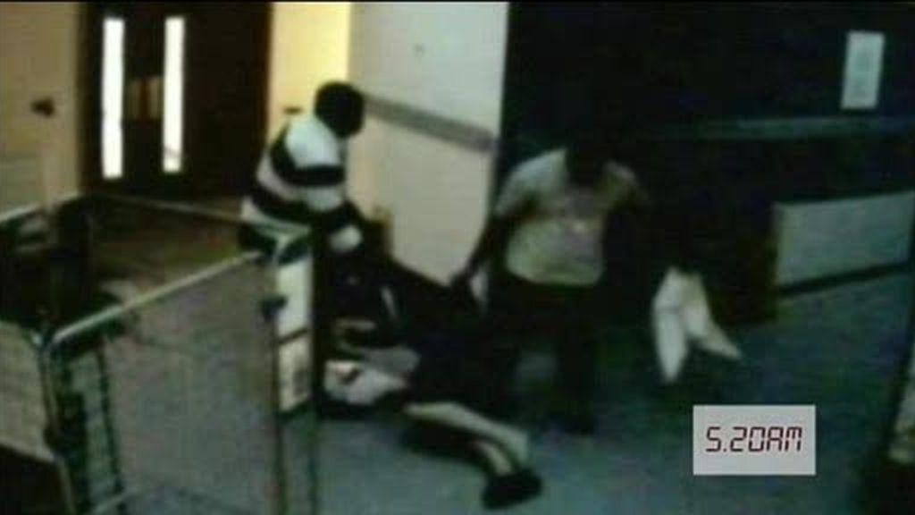Muere en el pasillo del hospital