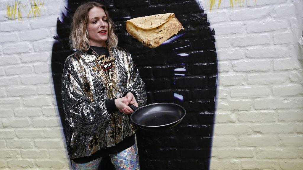 Una participante de la carrera de tortitas del barrio de Spitalfields en Londres (13/02/2016)