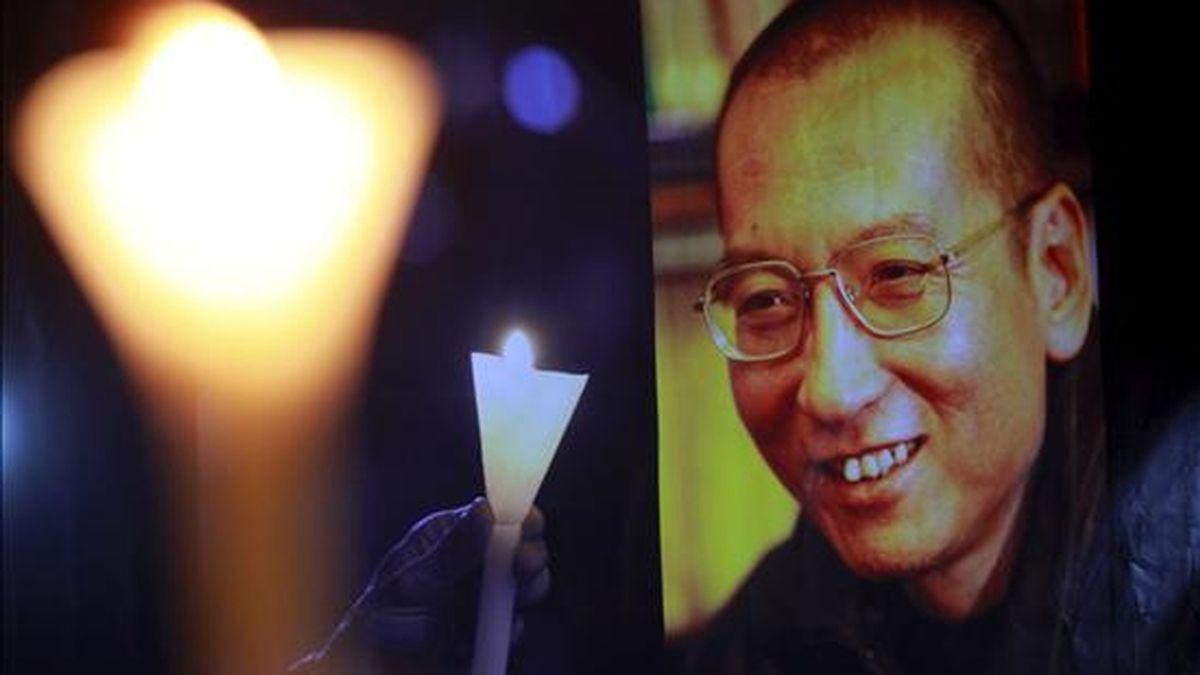 Activistas pro- derechos humanos participan en una vigilia con velas encendidas para pedir la liberación del disidente chino encarcelado Liu Xiaobo, que ganó el premio Nobel de la Paz 2010, en Hong Kong, China. EFE/Archivo