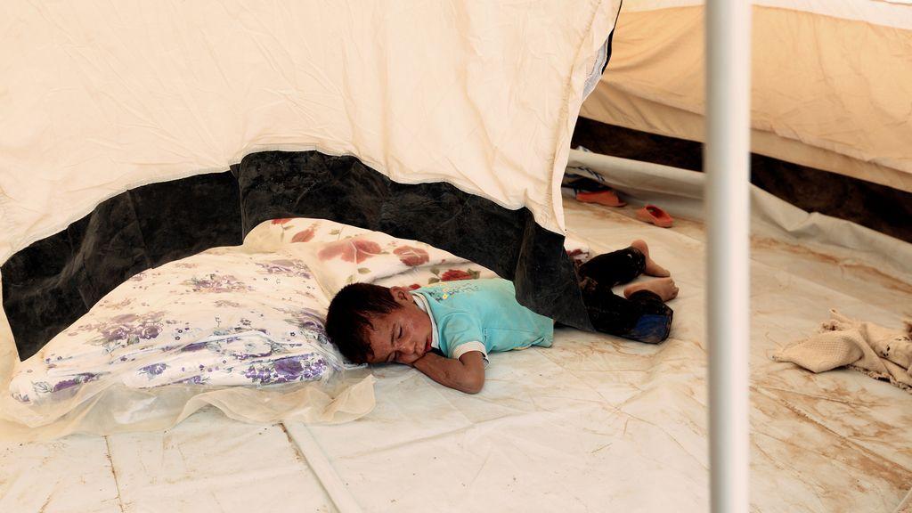 Un pequeño duerme en el campo de refugiados de Mosul