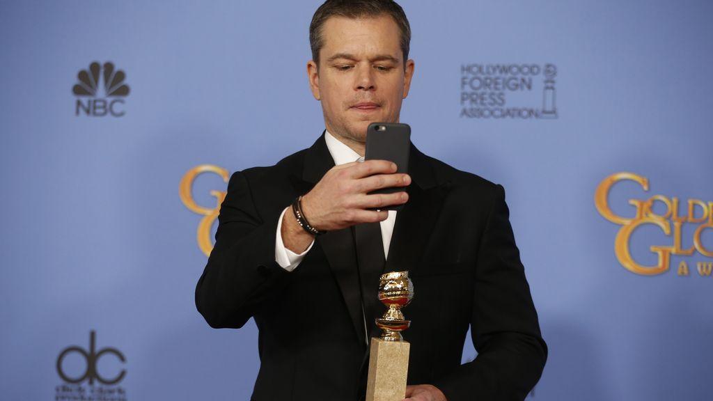 Matt Damon fotografiando el premio