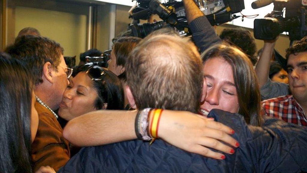 Los españoles que llegaron en el avión de Repsol relataron el horror que se vivie en Libia. Vídeo: Informativos Telecinco