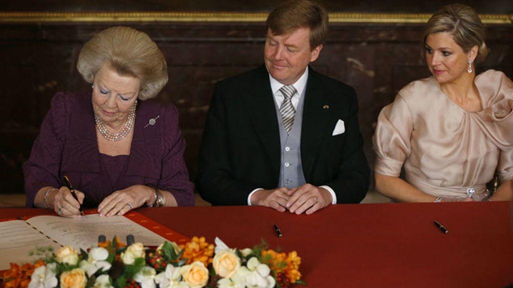 La reina Beatriz firma el documento con el que abdica