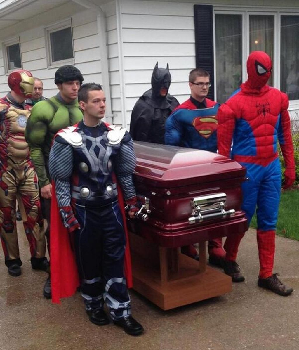 Un niño de cinco años recibe un funeral rodeado de superhéroes