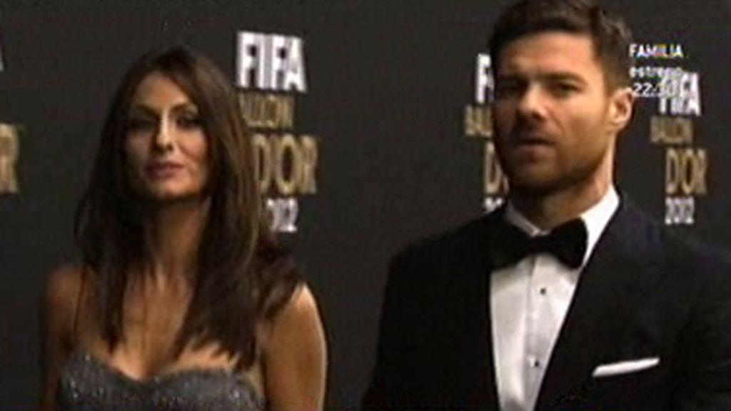 El jugador del Real Madrid y su esposa, serios en el photocall