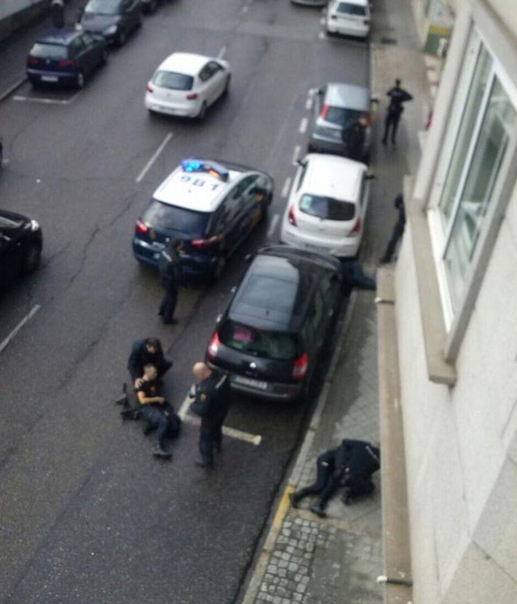 Un atracador muerto y dos policías graves en un atraco a un banco en Vigo