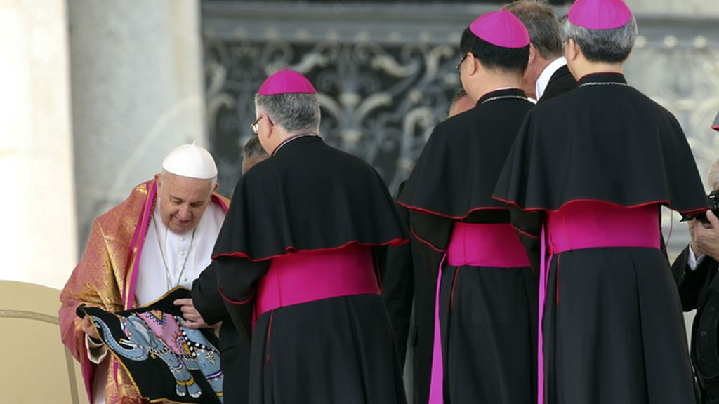 El Papa Francisco recibe unos regalos de mano de unos obispos