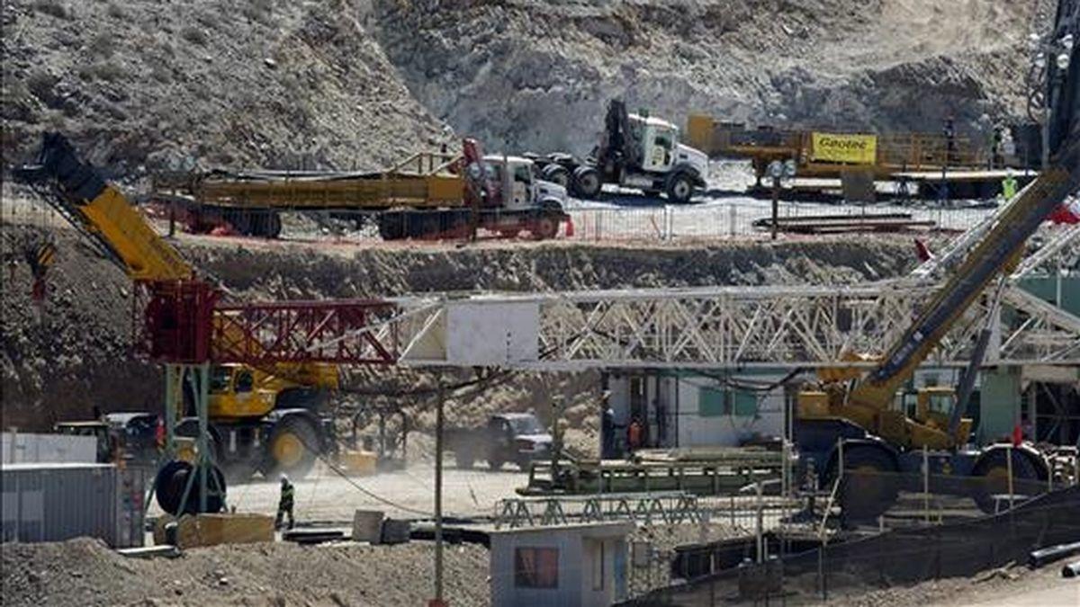 """Fotografía de este miércoles en la que se ve el ensamble de la perforadora petrolera """"Precision Drilling"""", que ejecutará el Plan C, en la mina de San José, cerca a Copiapó (Chile). EFE"""