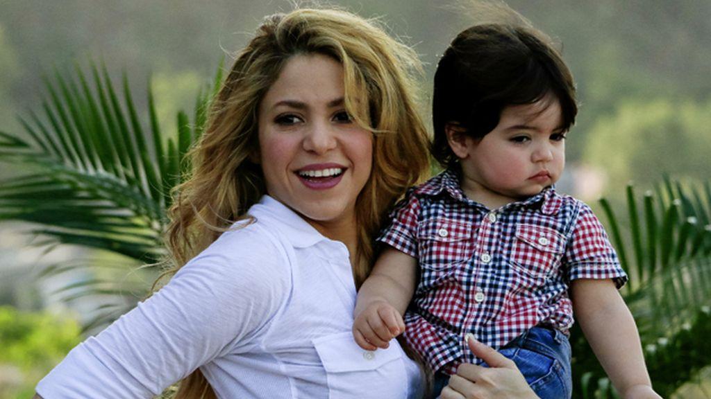 Shakira viaja a Colombia con el pequeño Milan