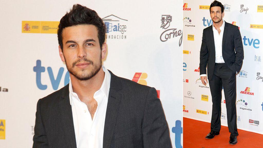 Mario Casas estrena barba en los premios Forqué
