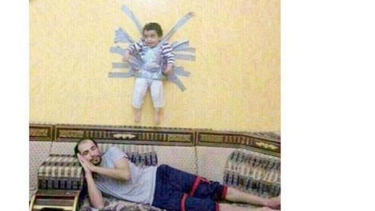 El niño colgado de una pared con cinta adhesiva en Arabia Saudí