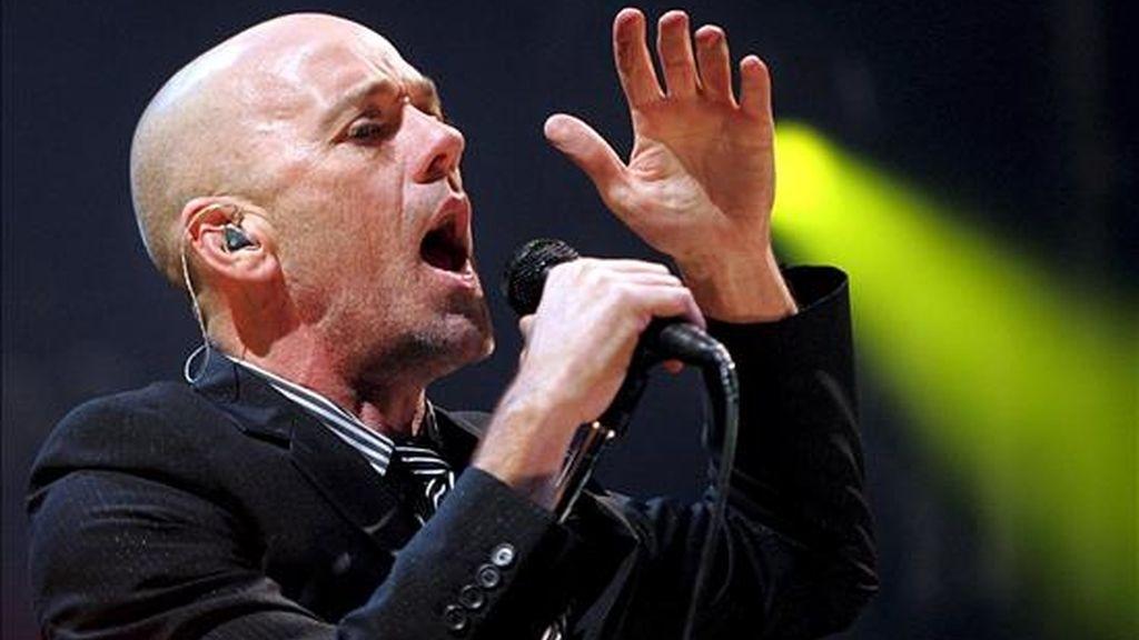 En la imagen, el vocalista de la banda estadounidense REM Michael Stipe, durante un concierto. EFE/Archivo