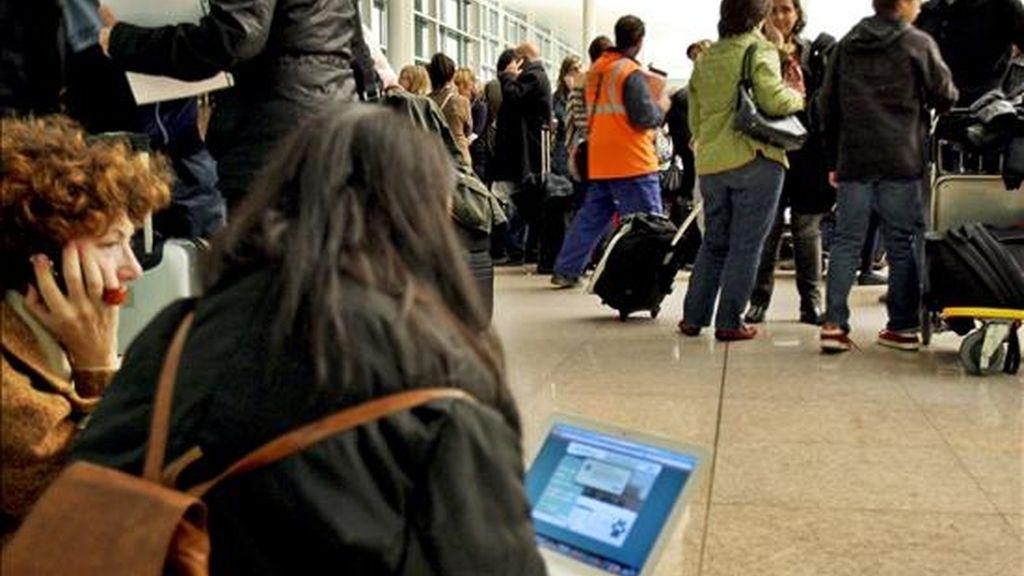 Decenas de personas hacen cola en los mostradores de las distintas compañías aéreas en el aeropuerto de El Prat, después de conocer que todo el espacio aéreo español se encuentre cerrado por el abandono masivo de los controladores de sus puestos de trabajo, menos Andalucía. EFE